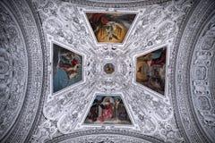 Потолок и купол в соборе Зальцбурга, Австрии стоковое фото rf
