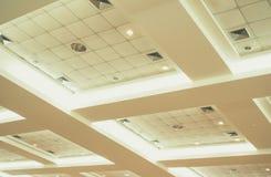 Потолок офисного здания дела внутренних и неона света винтажный тон стиля с космосом экземпляра добавляет текст Стоковые Фотографии RF