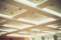 Потолок офисного здания дела внутренних и неона света винтажный тон стиля с космосом экземпляра добавляет текст Стоковое Изображение RF