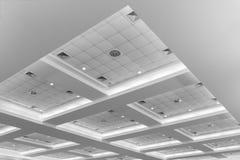 Потолок офисного здания дела внутренних и неона света monochrome стиля с космосом экземпляра добавляет текст Стоковые Изображения RF