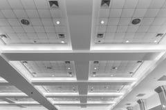 Потолок офисного здания дела внутренних и неона света monochrome стиля с космосом экземпляра добавляет текст Стоковая Фотография RF