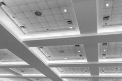 Потолок офисного здания дела внутренних и неона света monochrome стиля с космосом экземпляра добавляет текст Стоковое Изображение