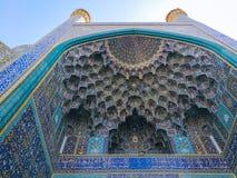 Потолок Muqarnas на мечети Shah, квадрате Naqsh-e Jahan Isfahan, Иран стоковые фото