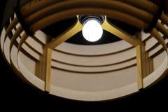 Потолочная лампа в темной комнате бамбуковое украшение лампы стоковые изображения rf