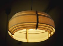 Потолочная лампа в темной комнате стоковая фотография