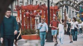 Потомственная китайская красная деревянная структура на культурном фестивале в городе сток-видео