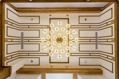 Потолок в живущей комнате с красивой люстрой Стоковые Изображения