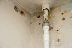 Потолок в потребности ремонта Стоковые Изображения