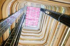 Потолок залы гостиницы привел освещение стоковое фото