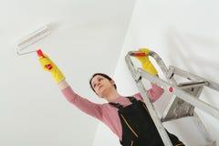 Потолок краски молодого работника в комнате Стоковое Изображение