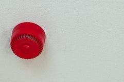 Потолок отечественного сигнала тревоги звука пожарной сигнализации красный круглый Стоковое Изображение