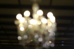 Потолочная лампа в платье свадьбы стоковое фото rf