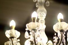 Потолочная лампа в платье свадьбы Стоковое Фото