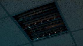 Потолочное освещение повернуто и после этого включено видеоматериал