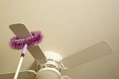 Потолочный вентилятор чистки Стоковое фото RF