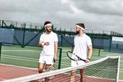 Потратьте больше времени снаружи Активные выходные на теннисном корте стоковая фотография