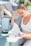 Потревоженная беременная женщина высчитывая ее счеты Стоковое Изображение