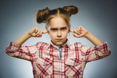 Потревоженная девушка покрывая ее уши, наблюдающ не те ничего стоковые изображения rf