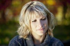 Потревоженная женщина НА парке стоковое изображение