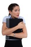 Потревоженная женщина держа скоросшиватель Стоковая Фотография