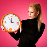 Потревоженная женщина с большими оранжевыми часами показывать задержка, спешка, nervo стоковая фотография