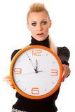 Потревоженная женщина с большими оранжевыми часами показывать задержка, спешка, nervo стоковое изображение rf