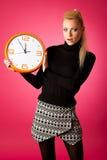 Потревоженная женщина с большими оранжевыми часами показывать задержка, спешка, nervo стоковая фотография rf