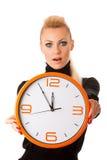 Потревоженная женщина с большими оранжевыми часами показывать задержка, спешка, nervo стоковое фото