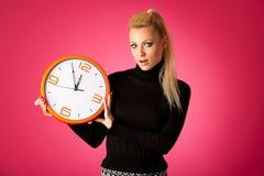 Потревоженная женщина с большими оранжевыми часами показывать задержка, спешка, nervo стоковые фотографии rf