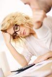 Потревоженная женщина с документами дома Стоковые Фото