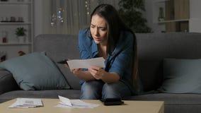 Потревоженная женщина требуя неправильное получение акции видеоматериалы