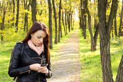 Потревоженная женщина читая сообщение на ее черни Стоковые Фотографии RF
