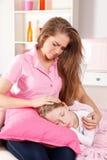 Потревоженная мать с больным ребенком стоковые изображения