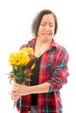 Потревоженная молодая женщина держа букет солнцецветов Стоковая Фотография