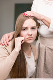 Потревоженная дочь и поддерживающая мать стоковое фото