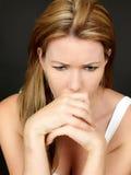 Потревоженная тревоженая несчастная молодая женщина в глубокой мысли стоковое изображение