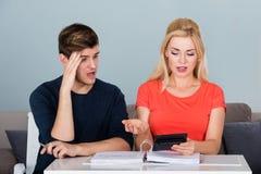 Потревоженные молодые пары высчитывая их счеты Стоковое Изображение