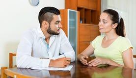 Потревоженные пары обсуждая проблемы Стоковые Изображения RF
