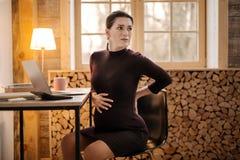 Потревоженные расстроенные беременные сужения чувства коммерсантки стоковое изображение