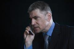 Потревоженный бизнесмен используя телефон назеиной линии Стоковое фото RF