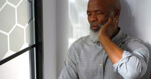 Потревоженный бизнесмен сидя на поле 4k акции видеоматериалы