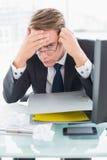 Потревоженный бизнесмен с документами на столе офиса Стоковая Фотография