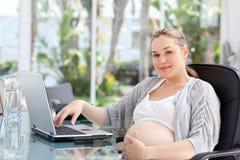 Потревоженный высчитывать беременной женщины Стоковое Изображение RF