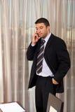 потревоженный говорить мобильного телефона бизнесмена стоковые фотографии rf