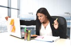 Потревоженный и отчаянныйся стресс страдания коммерсантки работая на столе компьютера офиса Стоковое фото RF
