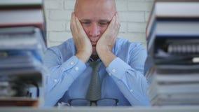 Потревоженный отжатое и разочаровыванное изображение бизнесмена в уч стоковое изображение rf