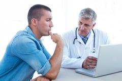 Потревоженный пациент с его доктором стоковые фотографии rf