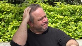 Потревоженный тучный взрослый мужчина сток-видео