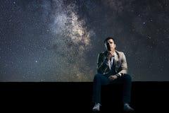 Потревоженный человек в небе звездной ночи проблемы Стоковая Фотография RF