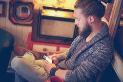 Потревоженный человек печатая сообщение Молодой человек используя умный печатать телефона Стоковая Фотография RF